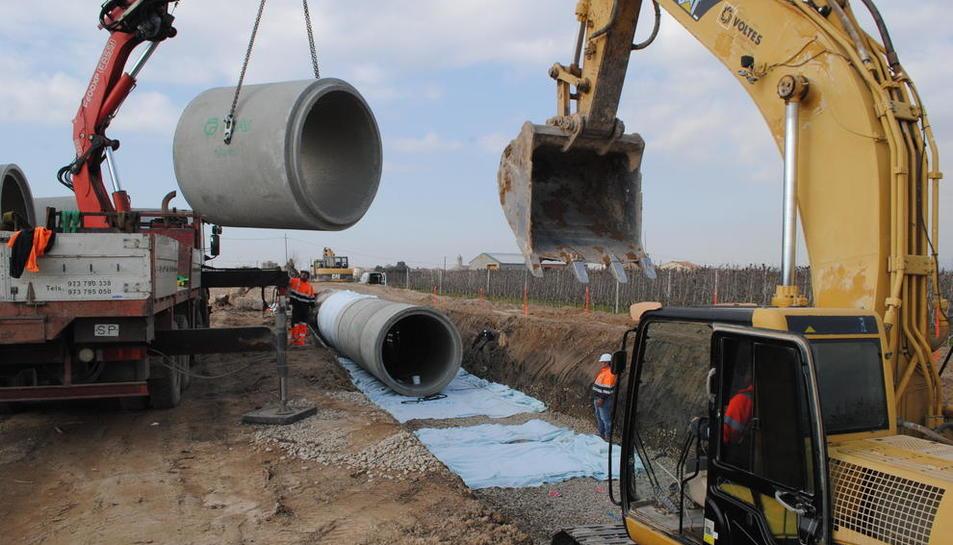 Obres de canalització a Bellvís, on se substitueix la vella llera de terra per canonades de formigó de dos metres de diàmetre.