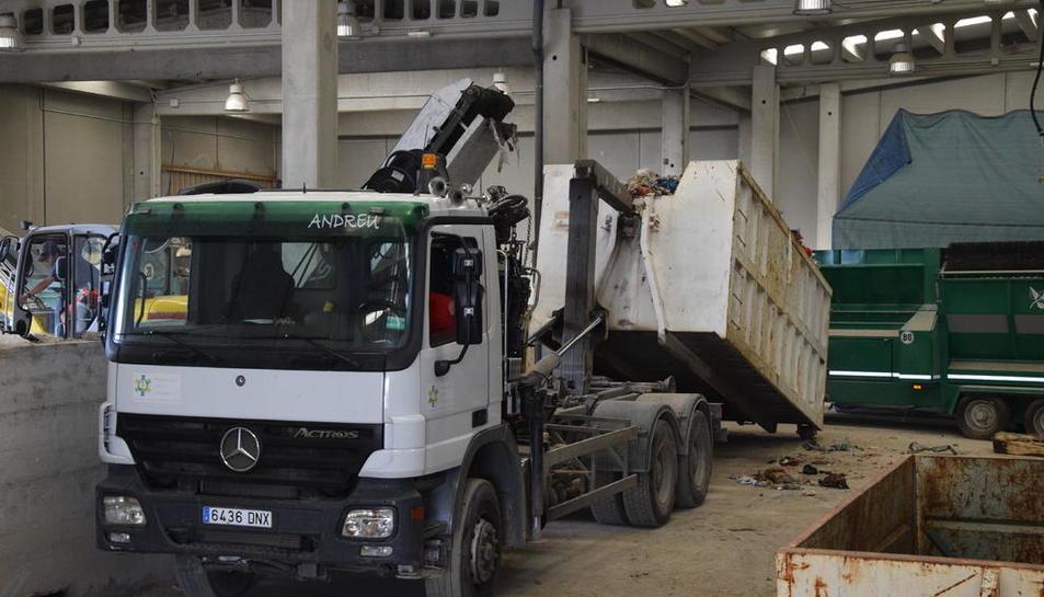 Un camió carrega brossa a Bellver per traslladar-la a Andorra.