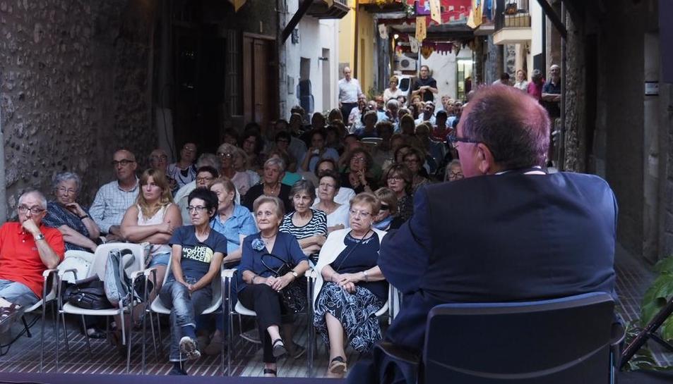 Público en la calle del Sol de Organyà, ayer en la presentación del libro 'La maternitat d'Elna'.