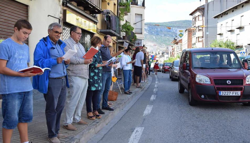 Unas 300 personas leyendo en cadena humana en la primera edición de la Carrerada de Llibres.
