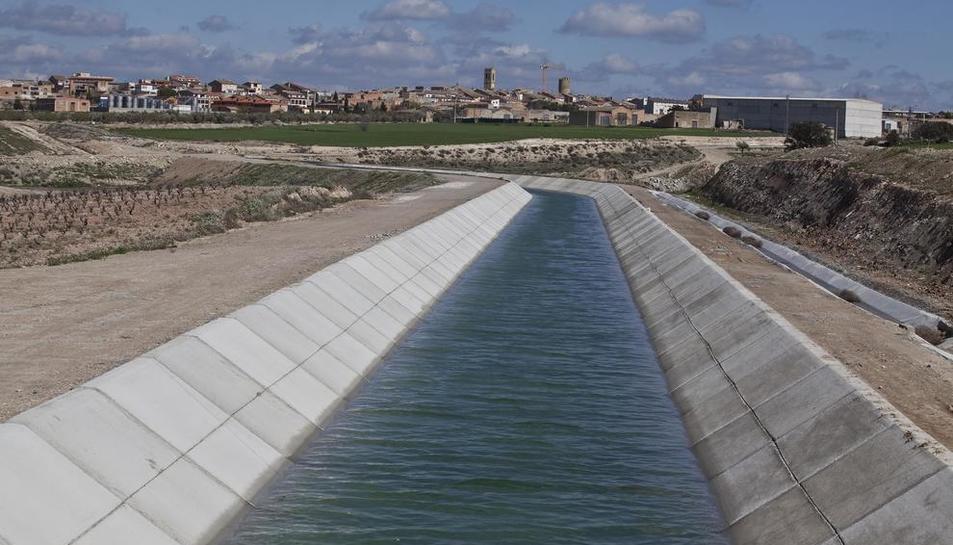 El canal principal del Segarra-Garrigues a su paso por la localidad de Verdú.