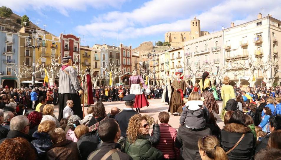 La plaza Mercadal se llenó ayer de vecinos y visitantes que disfrutaron del baile del 'gegants'.