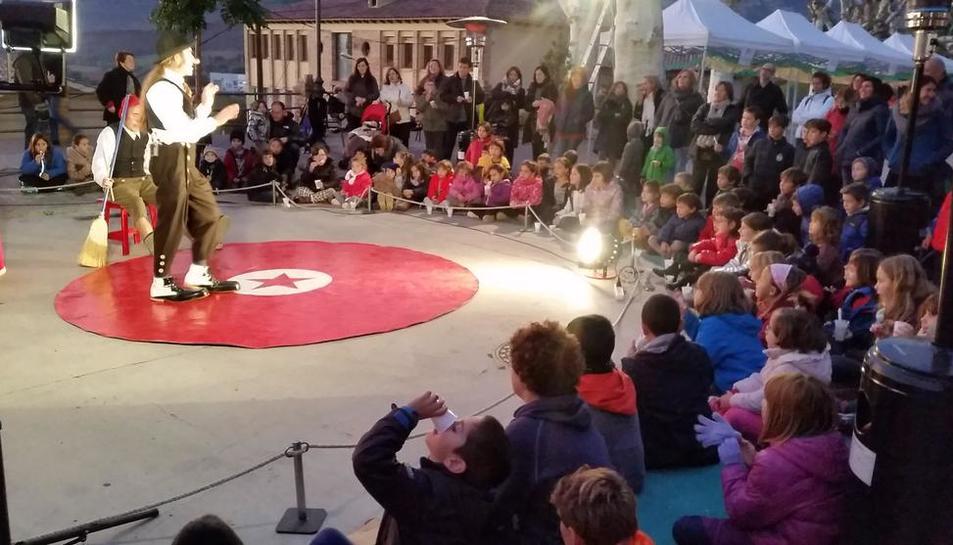 Uno de los espectáculos circenses en la Fira de Sant Martí de Talarn.