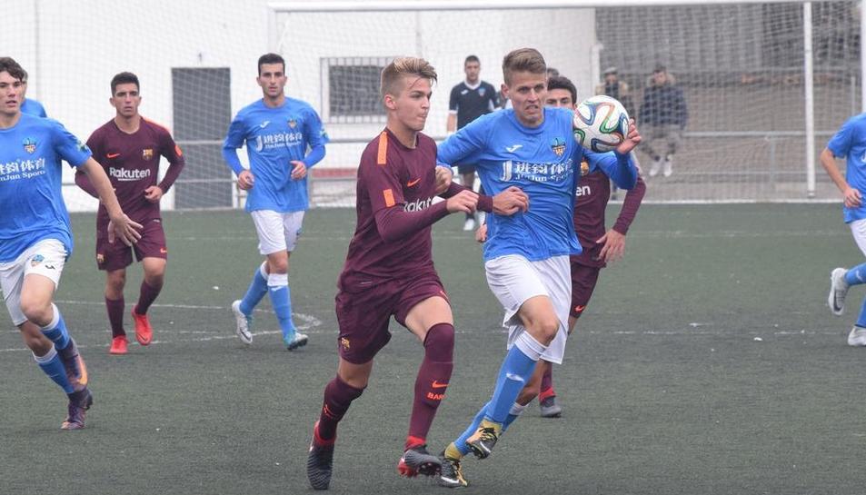 Bojan Radulovic pugna amb un jugador del Barcelona en una acció del partit d'ahir