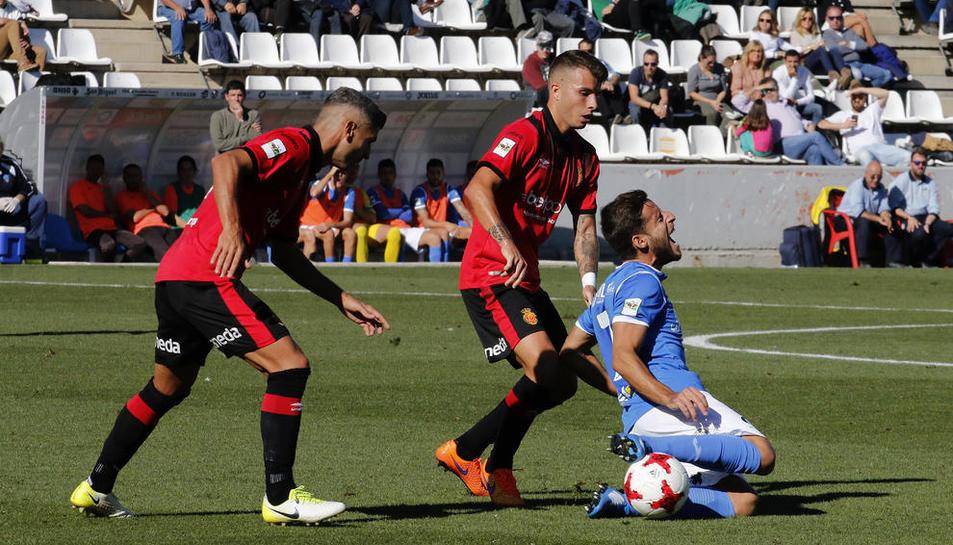 El jugador del Lleida Javi López és enderrocat per un rival del Mallorca, en una acció del partit disputat ahir al Camp d'Esports.