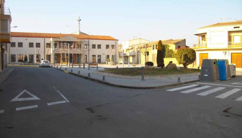 La plaza Catalunya de Térmens, con el ayuntamiento en el fondo.