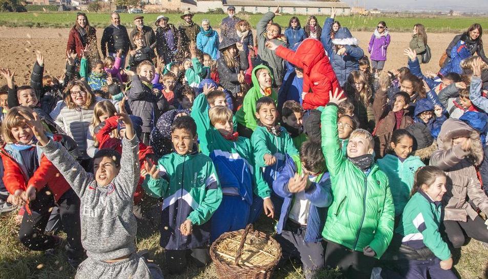 Foto de grupo de los alumnos y los maestros tras participar en la primera edición de la Festa de la Sembra en la Fuliola.
