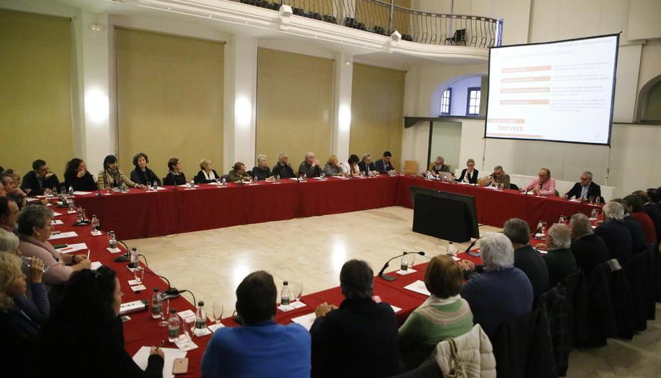 Pressupost - L'ajuntament va presentar ahir el pressupost per al 2018 a associacions de veïns, cases regionals i entitats del tercer sector, que van demanar potenciar la marca Horta de Lleida i mantenir les subvencions. També el va presentar a  ...