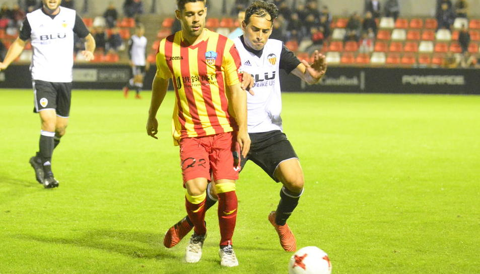 Un jugador del Lleida Esportiu, a terra arran de la falta d'un rival.