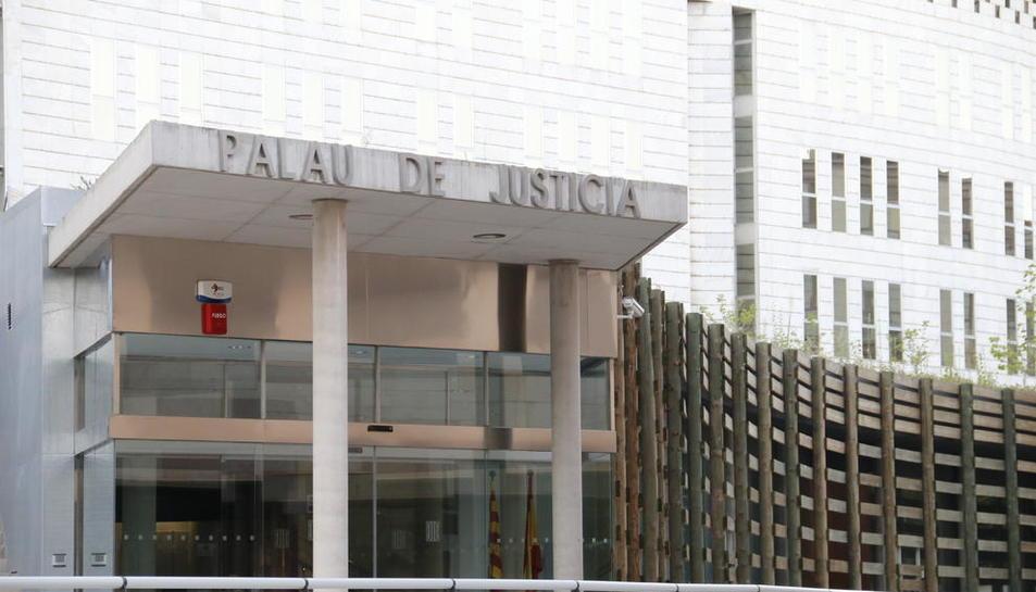 Vista de l'entrada a l'Audiència Provincial, a l'edifici judicial del Canyeret.
