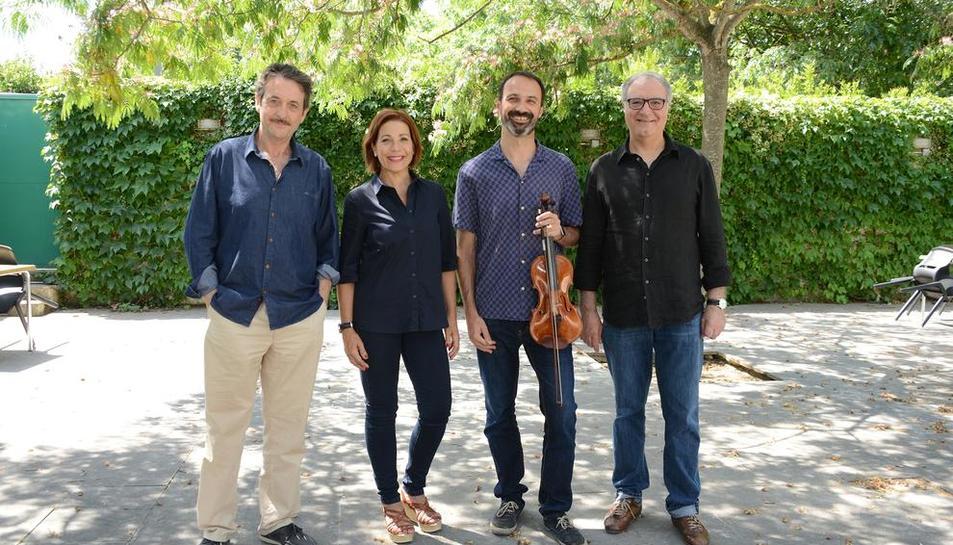 Els tres actors rapsodes i un integrant del quartet de corda amb el qual actuaran avui a Lleida.