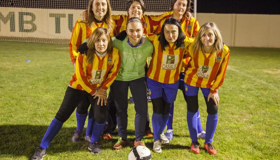 En la imagen, seis de las madres que forman el equipo junto a la entrenadora, Ares Sangrà.
