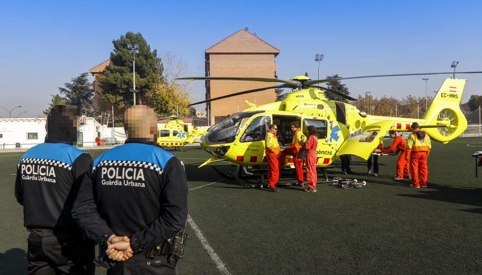 Vista dels dos helicòpters del SEM ahir, amb el suport de la Guàrdia Urbana, després d'aterrar al camp de futbol del Gardeny.