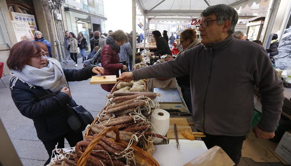 La plaça Sant Joan va acollir ahir el Mercat de l'Hort a la Taula.