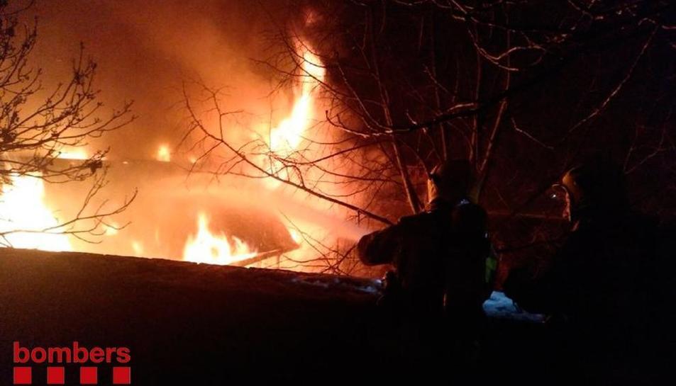Bomberos trabajando la noche del lunes en el incendio de la casa de Éller, en Bellver de Cerdanya.