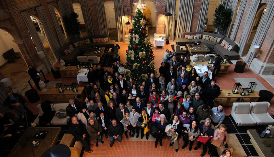 Fotografia de família dels 'ambaixadors' i les seues famílies, amb les autoritats, ahir, a la recepció al Parador.
