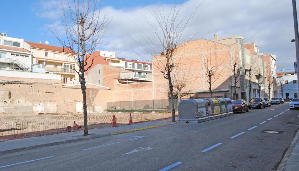 El solar que es convertirà en un nou aparcament de zona blava.