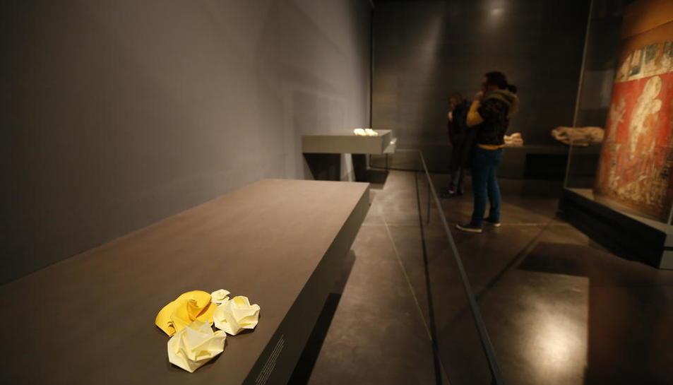 Flors grogues a les prestatgeries buides del Museu de Lleida.