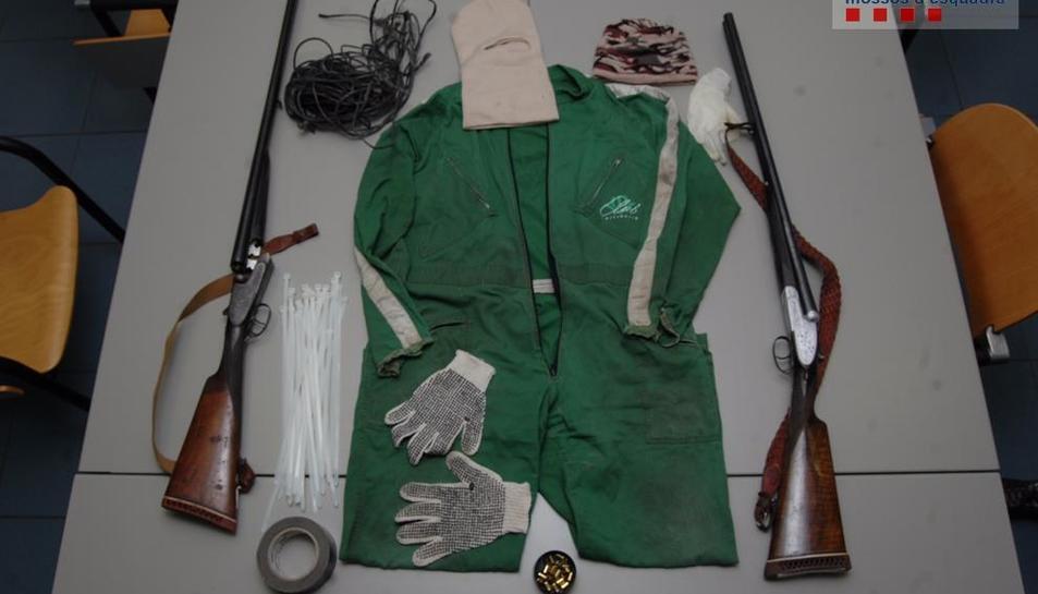 Al pis de dos dels acusats els Mossos van recuperar objectes amb què es va cometre l'assalt.