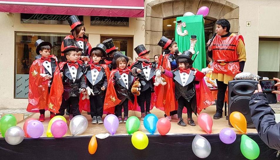 Escolares de Torà disfrazados ayer de magos.