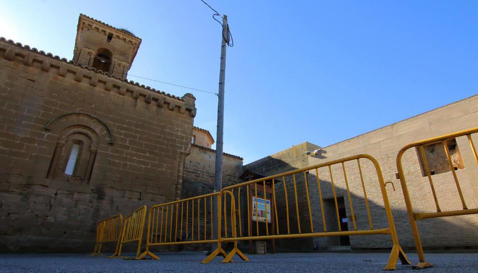 El acceso a la sala de exposición del monasterio de Sigena la semana pasada, cerrado con vallas.