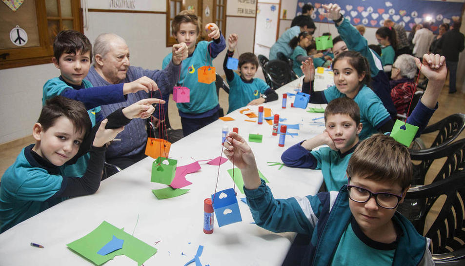 """Taller en el colegio Mare de Déu del Socós con alumnos de Primaria y mayores, que interactuaron con la creación de un """"fanalet"""" y baile."""
