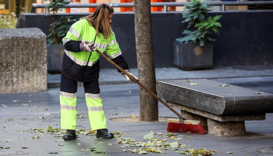 Una trabajadora, limpiando la calle.