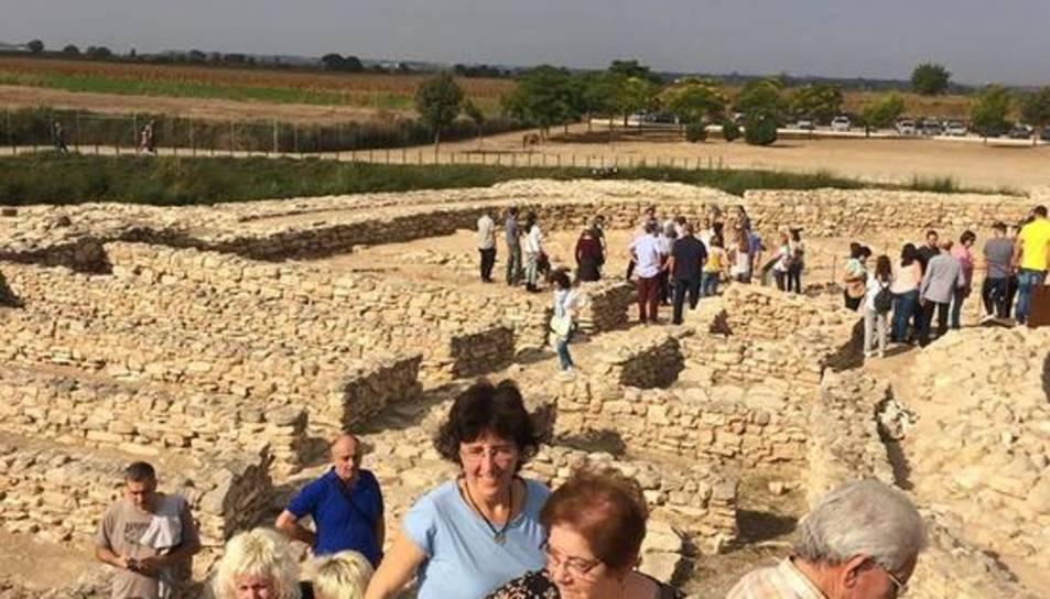 Un grupo de visitantes en el yacimiento ibérico de Els Vilars.