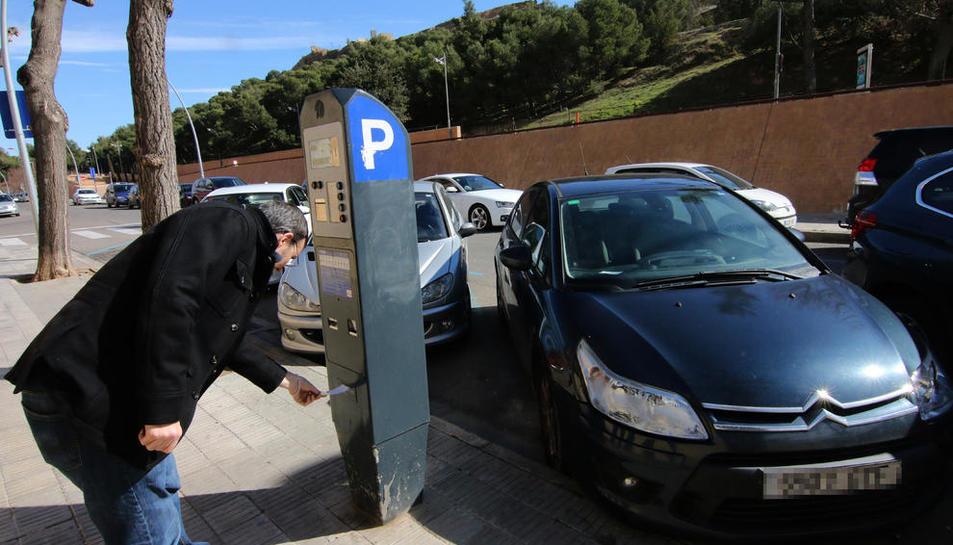 Un conductor anul·lant ahir una sanció en un parquímetre a la ciutat de Lleida.