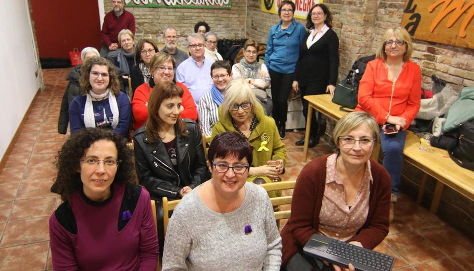 Membres del Grup Fonèvol d'Alcoi i de l'Associació de Moros i Cristians de Lleida ahir a La Baula.