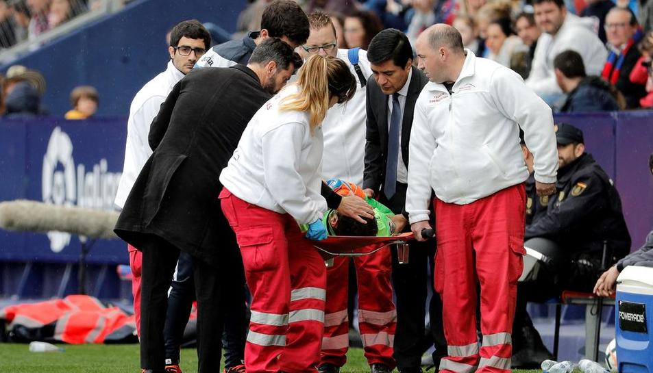 L'equip mèdic s'emporta Diego López del camp al rebre un cop fortuït al cap.