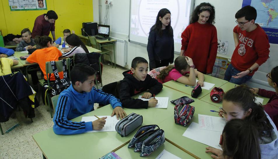 Enric, Anna, Carlota i Àlex en una classe de sisè de Primària del col·legi Riu Segre.