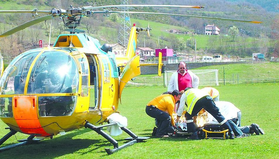 Efectius d'emergències, atenent la víctima de l'accident laboral abans de ser evacuat.