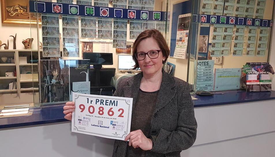 Teresa Agulló, de l'administració La Ganxa, de la Pobla de Segur, ahir amb el número guanyador.