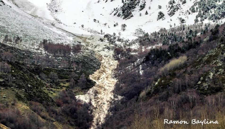 Un gran alud arranca árboles y enturbia el agua potable en Isil