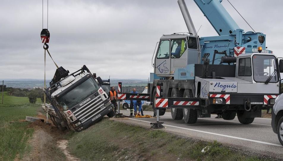 Una grúa de grandes dimensiones retiró el camión.