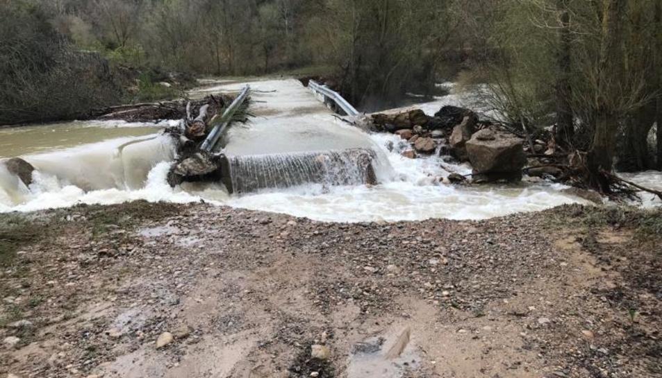 El riu Rialb es va emportar un tram del camí perimetral a la zona de la piscifactoria, i una roca de grans dimensions va tallar l'accés a masies.