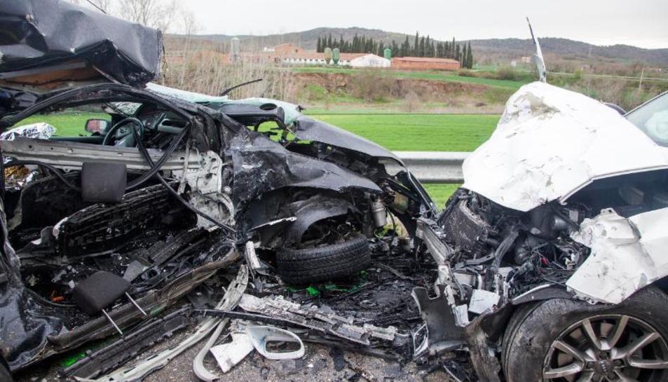 Los dos vehículos quedaron convertidos en un amasijo de hierros tras el choque.