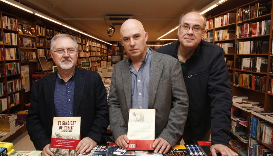 Presentació - La llibreria Punt de Llibre va acollir ahir la presentació d'El sindicat de l'oblit, d'Albert Villaró (la Seu d'Urgell, 1964), que va anar a càrrec del director executiu del Grup SEGRE, Juan Cal, i de Vidal Vidal, articuli ...