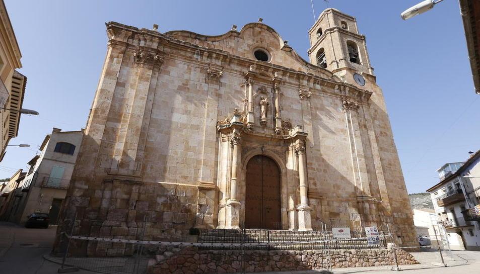 Las vallas que se han instalado en iglesia de Algerri tras detectar desprendimientos en la fachada.