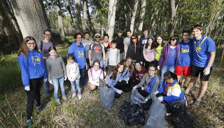 Els alumnes de l'Episcopal posen amb les bosses d'escombraries que van omplir ahir de residus.