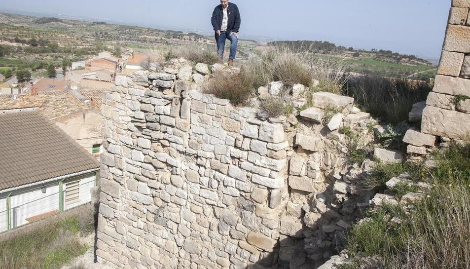 El alcalde, mostrando la grieta que ha aparecido en el muro de cierre del ala oeste.
