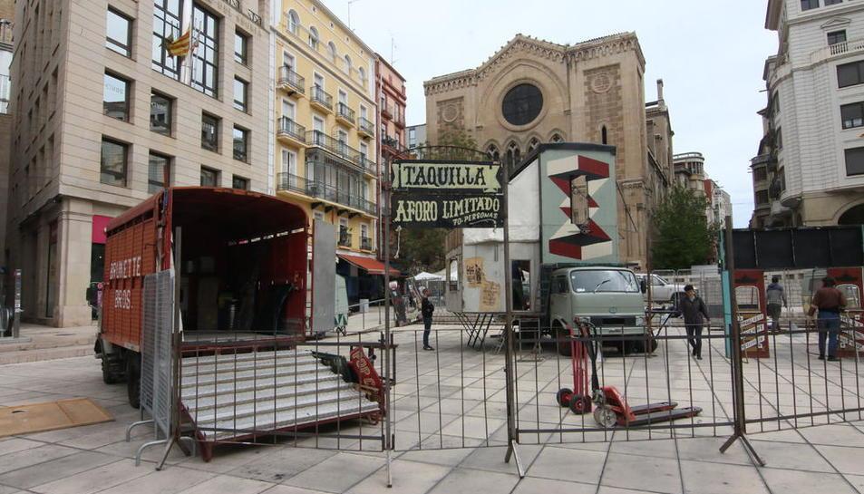 L'escenari ja començava a prendre ahir la plaça de Sant Joan per a la Fira de Titelles.