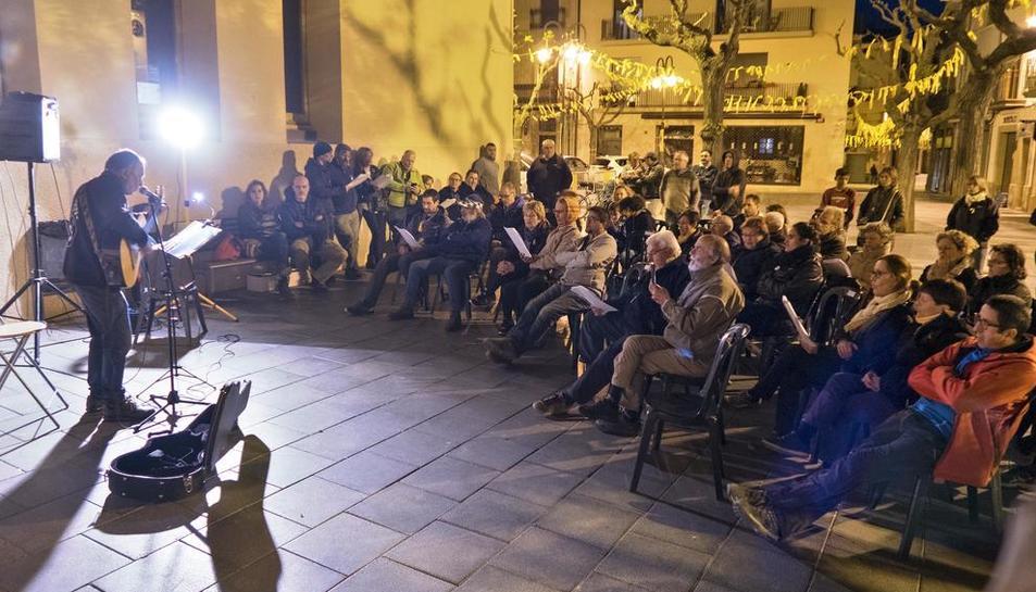 La plaça de l'Ajuntament de Guissona va acollir ahir a la nit el primer recital del cicle 'Música pel diàleg'.