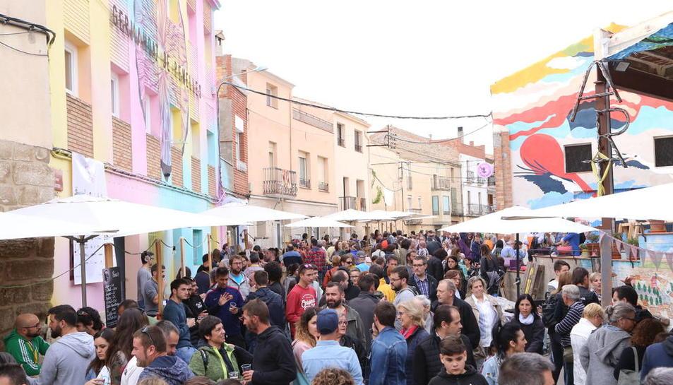 Centenars de persones van recórrer els carrers de Penelles per veure els murals i participar en tallers.