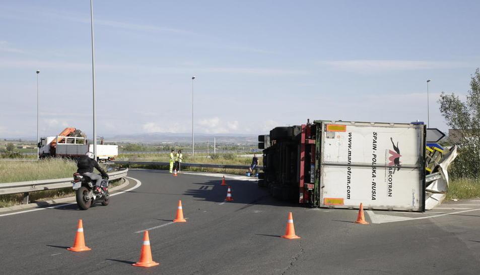 Vuelca un camión en Magraners en la rotonda que enlaza con la N-240