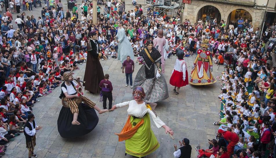 Un momento del baile que protagonizaron ayer los gigantes en la plaza Major de Tàrrega en el marco de la Eixideta.