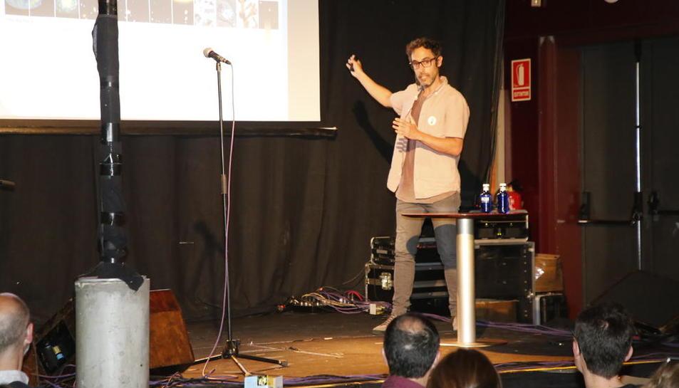 El investigador Hugo Gonzalo abordó ayer 'la paradoja del oxígeno' en el Cafè del Teatre.