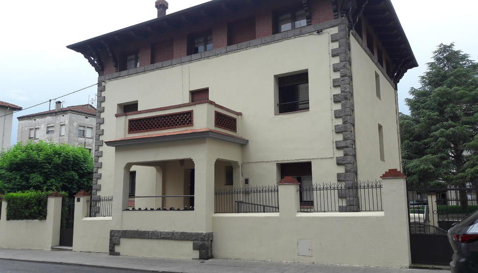 Vista del centre residencial al carrer Llorenç Tormàs i Costa.