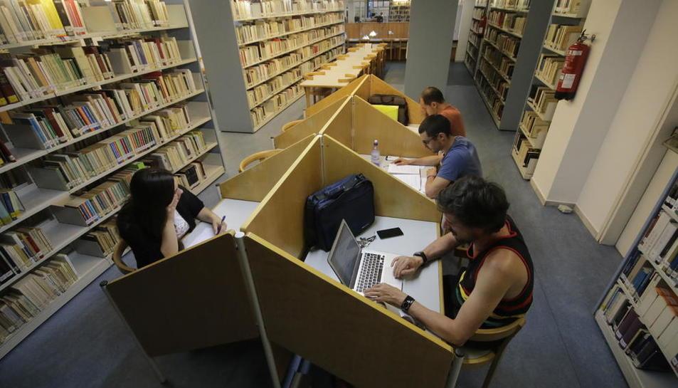 Imagen de archivo de alumnos en una biblioteca de la UdL.